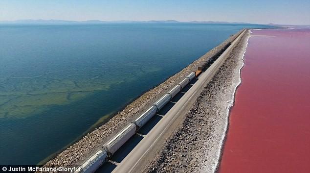 Kỳ lạ: Hồ muối có hai màu xanh - đỏ, được ngăn đôi bởi đường tàu hỏa - Ảnh 3.