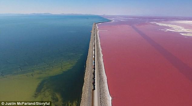 Kỳ lạ: Hồ muối có hai màu xanh - đỏ, được ngăn đôi bởi đường tàu hỏa - Ảnh 4.