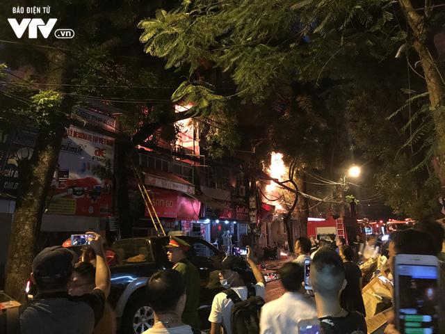 Hà Nội: Hơn 3 giờ vật lộn với ông Hỏa lớn chưa từng có trên phố Đê La Thành - Ảnh 8.