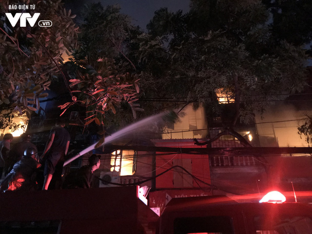 Hà Nội: Hơn 3 giờ vật lộn với ông Hỏa lớn chưa từng có trên phố Đê La Thành - Ảnh 14.