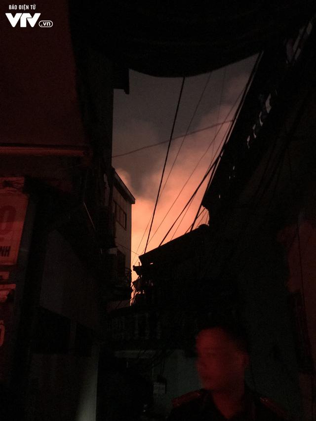 Hà Nội: Hơn 3 giờ vật lộn với ông Hỏa lớn chưa từng có trên phố Đê La Thành - Ảnh 20.