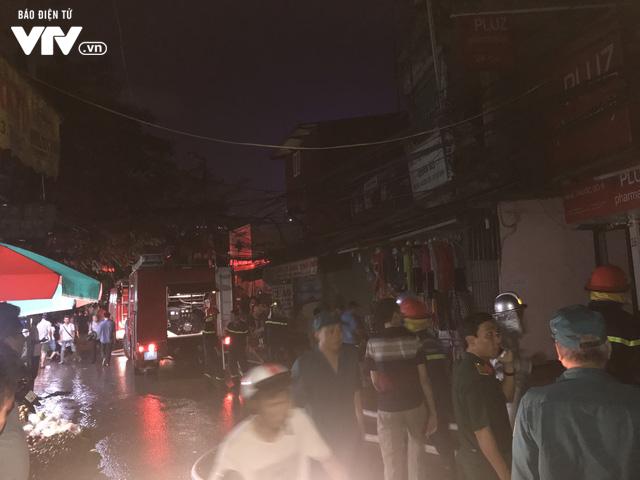 Hà Nội: Hơn 3 giờ vật lộn với ông Hỏa lớn chưa từng có trên phố Đê La Thành - Ảnh 22.