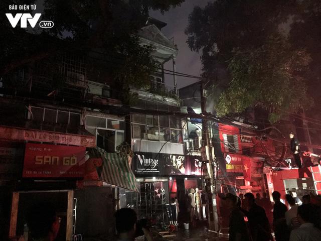 Hà Nội: Hơn 3 giờ vật lộn với ông Hỏa lớn chưa từng có trên phố Đê La Thành - Ảnh 29.