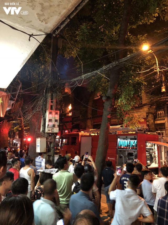Hà Nội: Hơn 3 giờ vật lộn với ông Hỏa lớn chưa từng có trên phố Đê La Thành - Ảnh 4.