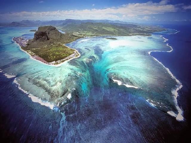 """Vẻ đẹp ma mị của thác nước dưới đáy biển """"đánh lừa"""" thị giác - ảnh 1"""