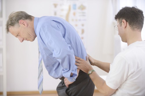 9 nguyên nhân gây đau mỏi lưng ở nam giới - Ảnh 2.