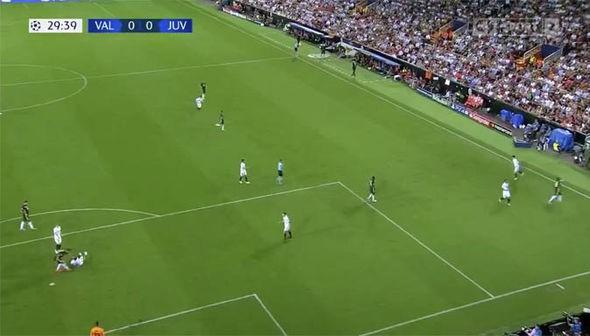 Ronaldo có xứng đáng nhận thẻ đỏ đầu tiên ở Champions League? - Ảnh 1.