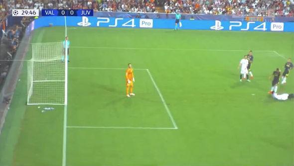 Ronaldo có xứng đáng nhận thẻ đỏ đầu tiên ở Champions League? - Ảnh 2.