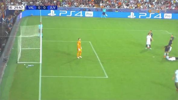 Ronaldo có xứng đáng nhận thẻ đỏ đầu tiên ở Champions League? - Ảnh 3.