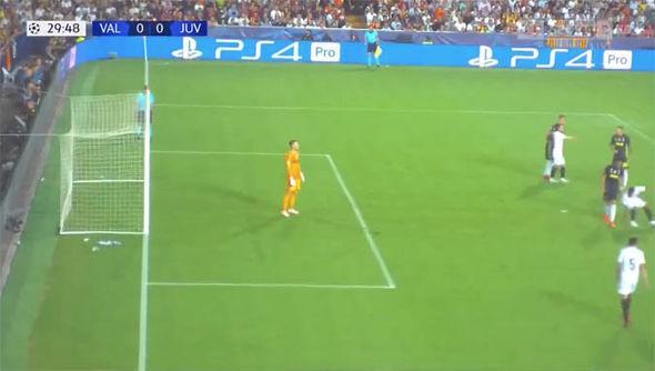 Ronaldo có xứng đáng nhận thẻ đỏ đầu tiên ở Champions League? - Ảnh 4.