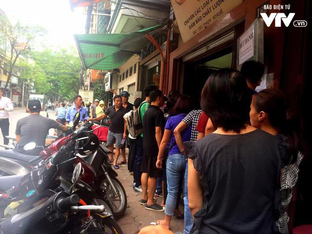 Hàng dài người xếp hàng đợi mua bánh Trung thu - Ảnh 1.
