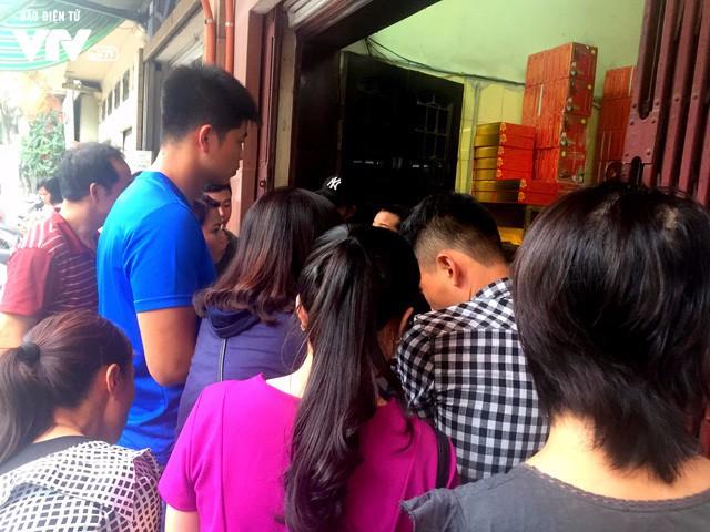 Hàng dài người xếp hàng đợi mua bánh Trung thu - Ảnh 2.