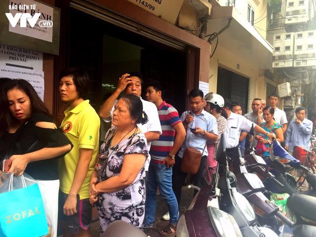 Hàng dài người xếp hàng đợi mua bánh Trung thu - Ảnh 3.
