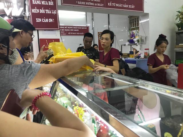 Hàng dài người xếp hàng đợi mua bánh Trung thu - Ảnh 5.