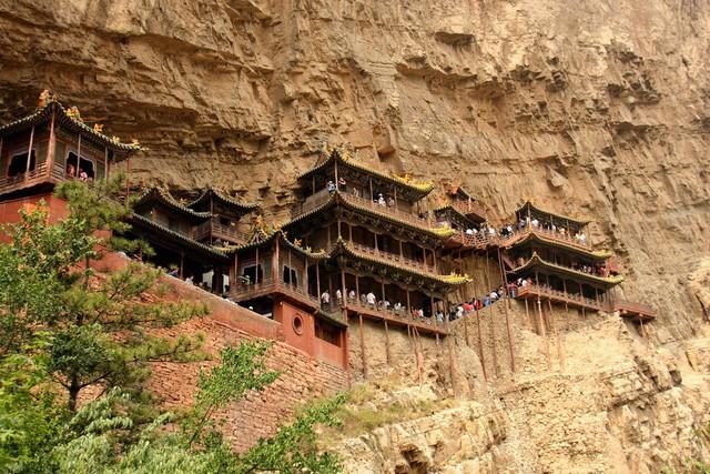 Bí ẩn về ngôi chùa chênh vênh trên vách đá hơn 1500 năm - Ảnh 1.