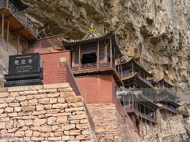 Bí ẩn về ngôi chùa chênh vênh trên vách đá hơn 1500 năm - Ảnh 3.