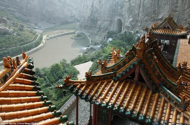 Bí ẩn về ngôi chùa chênh vênh trên vách đá hơn 1500 năm - Ảnh 6.