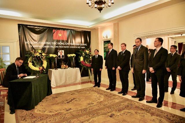 ĐSQ và cộng đồng người Việt Nam tại Ba Lan tổ chức lễ viếng Chủ tịch nước Trần Đại Quang - Ảnh 5.