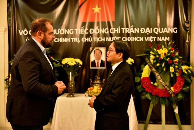 ĐSQ và cộng đồng người Việt Nam tại Ba Lan tổ chức lễ viếng Chủ tịch nước Trần Đại Quang - Ảnh 2.