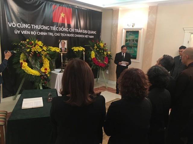 ĐSQ và cộng đồng người Việt Nam tại Ba Lan tổ chức lễ viếng Chủ tịch nước Trần Đại Quang - Ảnh 3.