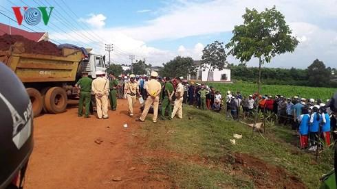 Cùng tông xe ben chở đất, 2 người tử vong, 1 người bị thương - Ảnh 1.