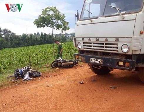 Cùng tông xe ben chở đất, 2 người tử vong, 1 người bị thương - Ảnh 2.