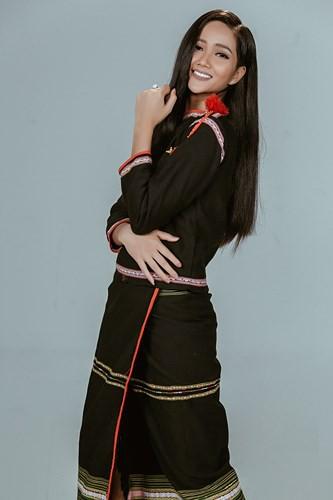 Bất ngờ với hình ảnh HHen Niê tóc dài trong trang phục Ê đê - Ảnh 3.