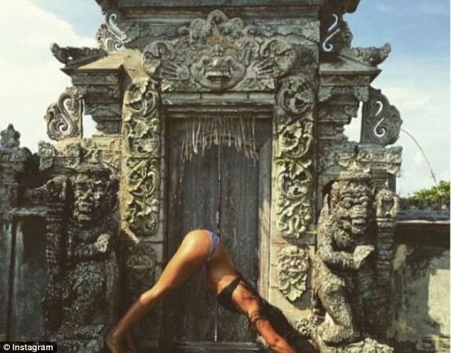 Du khách bị cấm mặc bikini tại các điểm du lịch linh thiêng ở Bali - Ảnh 2.