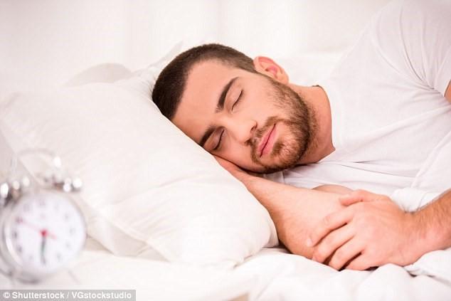 Nam giới ngủ dưới 5 tiếng mỗi đêm tăng bệnh tim mạch - Ảnh 1.