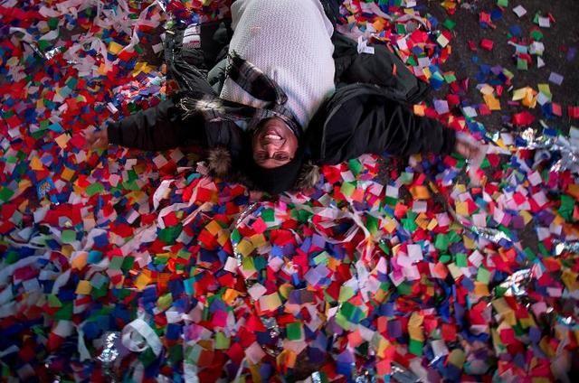 Mỹ: 50 tấn rác thải tại quảng trường Thời Đại sau đêm Giao thừa - Ảnh 2.