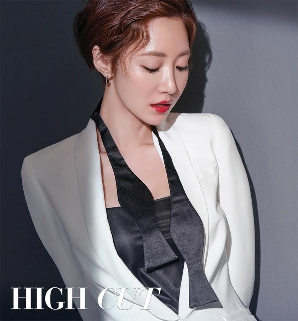 Park Shin Hye giản dị khó tin, Go Joon Hee sang chảnh hết phần - Ảnh 1.