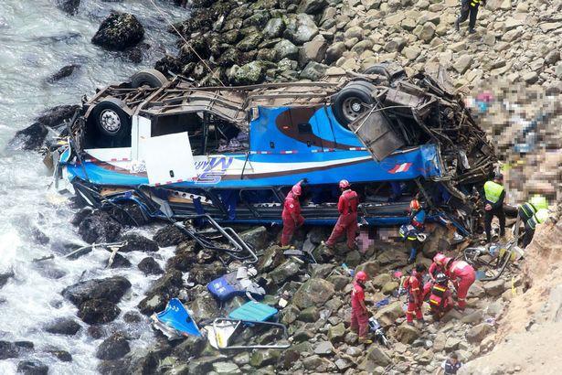 Peru: Xe bus va chạm với xe tải lao xuống vực, ít nhất 36 người thiệt mạng - Ảnh 3.