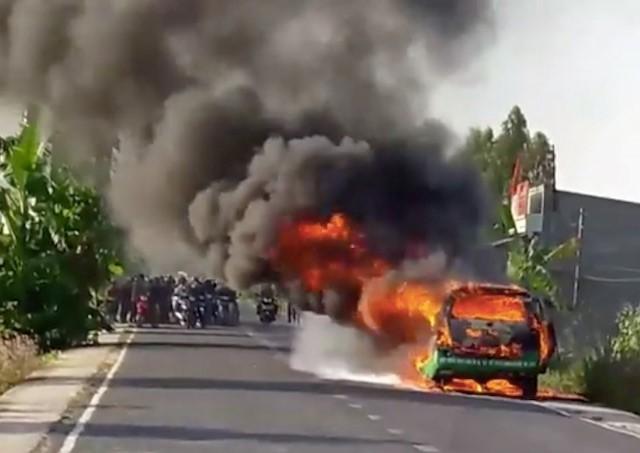 VIDEO: Taxi bốc cháy ngùn ngụt, 3 người thoát chết - ảnh 1