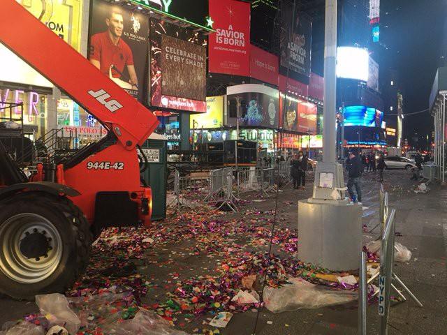 Mỹ: 50 tấn rác thải tại quảng trường Thời Đại sau đêm Giao thừa - Ảnh 5.