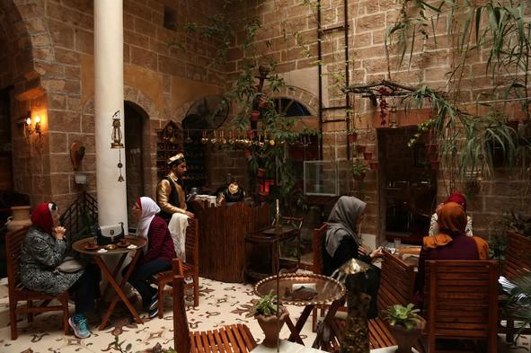 Nhà cổ hàng trăm năm tuổi lột xác thành nhà hàng ở dải Gaza - Ảnh 2.