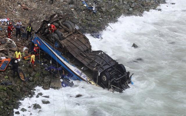 Peru: Xe bus va chạm với xe tải lao xuống vực, ít nhất 36 người thiệt mạng - Ảnh 2.