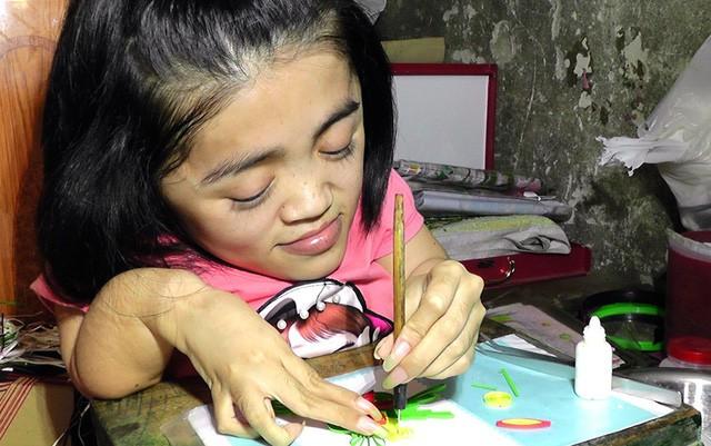 Niềm đam mê làm thiệp cuốn giấy nổi của cô gái xương thủy tinh - Ảnh 1.