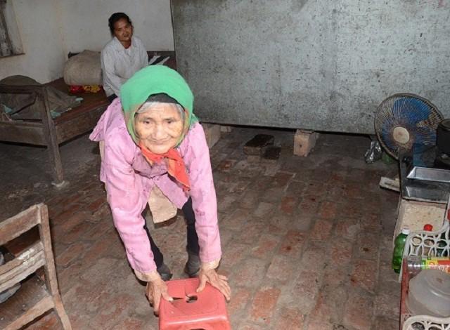 Mẹ gần 90 tuổi lụi cụi chăm 2 con tâm thần trong cảnh đói rét - Ảnh 1.