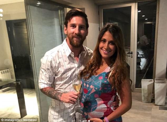 "Ronaldo khoe ""kho báu"" 15 danh hiệu, Messi khoe… vợ - Ảnh 2."