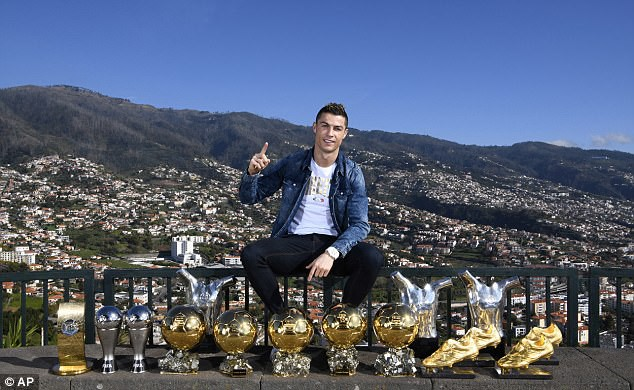"Ronaldo khoe ""kho báu"" 15 danh hiệu, Messi khoe… vợ - Ảnh 1."