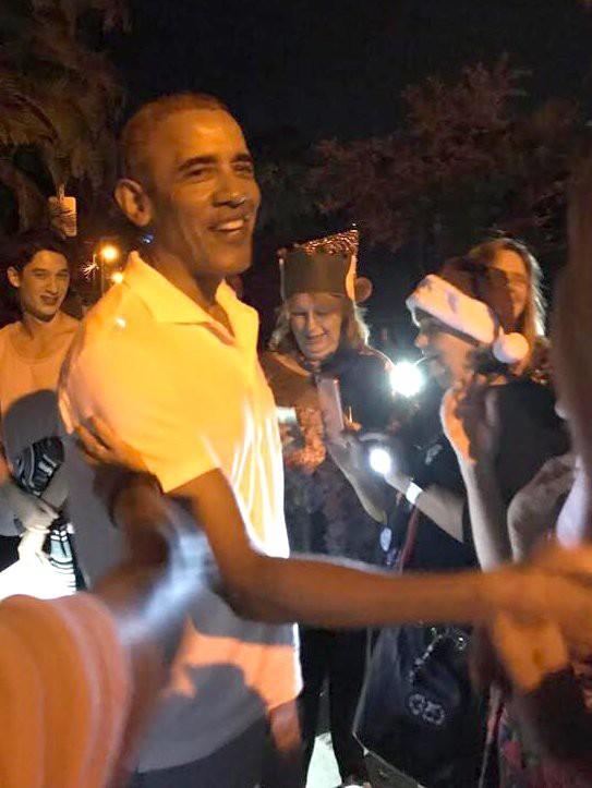 Gia đình cựu Tổng thống Obama đón năm mới ở Hawaii - Ảnh 1.