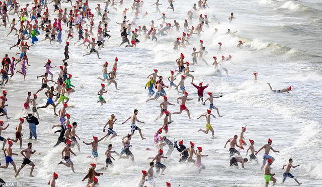 Lao xuống tắm trong nước lạnh cóng đón chào năm mới - Ảnh 1.