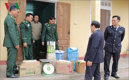 Thu giữ 84 kg pháo lậu từ Lào về Việt Nam - Ảnh 1.