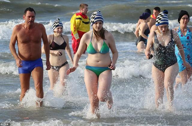 Lao xuống tắm trong nước lạnh cóng đón chào năm mới - Ảnh 9.