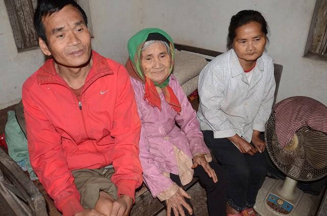 Mẹ gần 90 tuổi lụi cụi chăm 2 con tâm thần trong cảnh đói rét - Ảnh 12.
