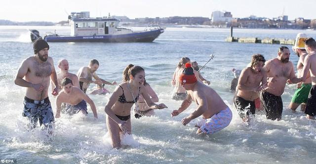 Lao xuống tắm trong nước lạnh cóng đón chào năm mới - Ảnh 10.