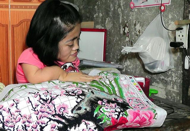 Niềm đam mê làm thiệp cuốn giấy nổi của cô gái xương thủy tinh - Ảnh 4.