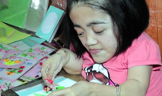 Niềm đam mê làm thiệp cuốn giấy nổi của cô gái xương thủy tinh - Ảnh 9.
