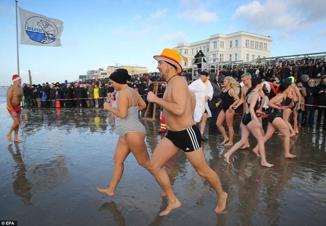 Lao xuống tắm trong nước lạnh cóng đón chào năm mới - Ảnh 8.
