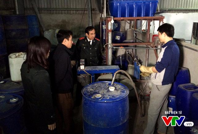Hà Nội: Xác định cơ sở sản xuất cồn chứa methanol nghi gây ngộ độc chết người - Ảnh 2.